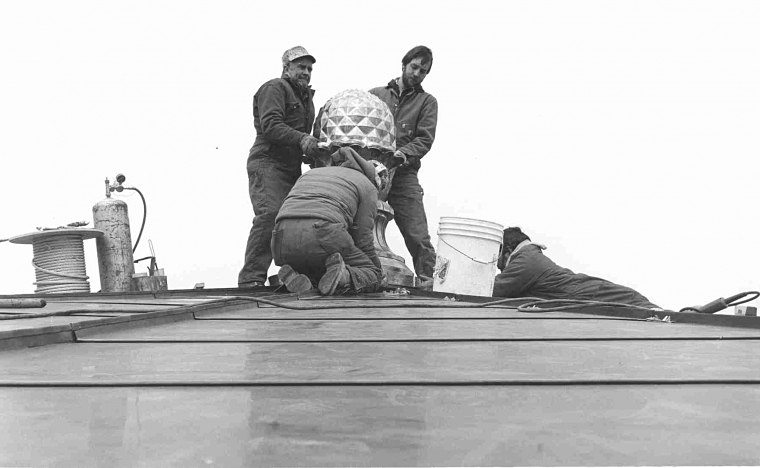 Foellinger's pineapple being installed on the peak of its dome in 1983